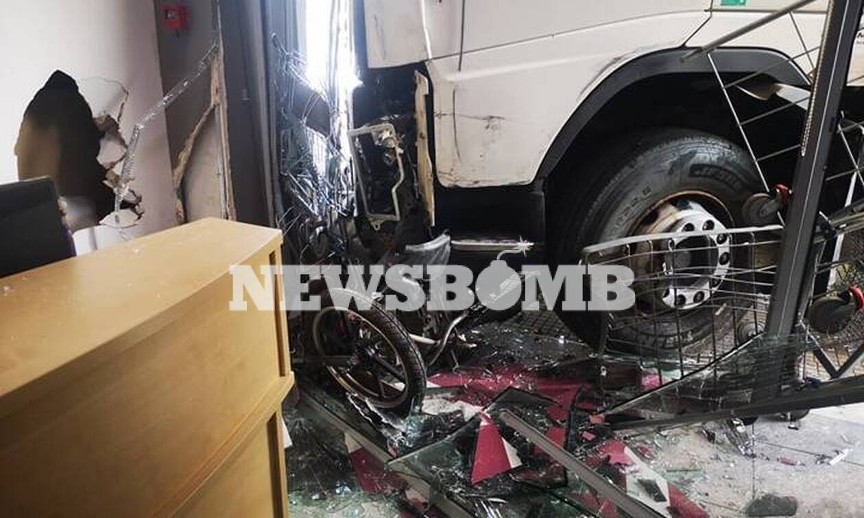 Φορτηγό «μπούκαρε» σε μαγαζί της Πειραιώς: Εικόνες από το σημείο