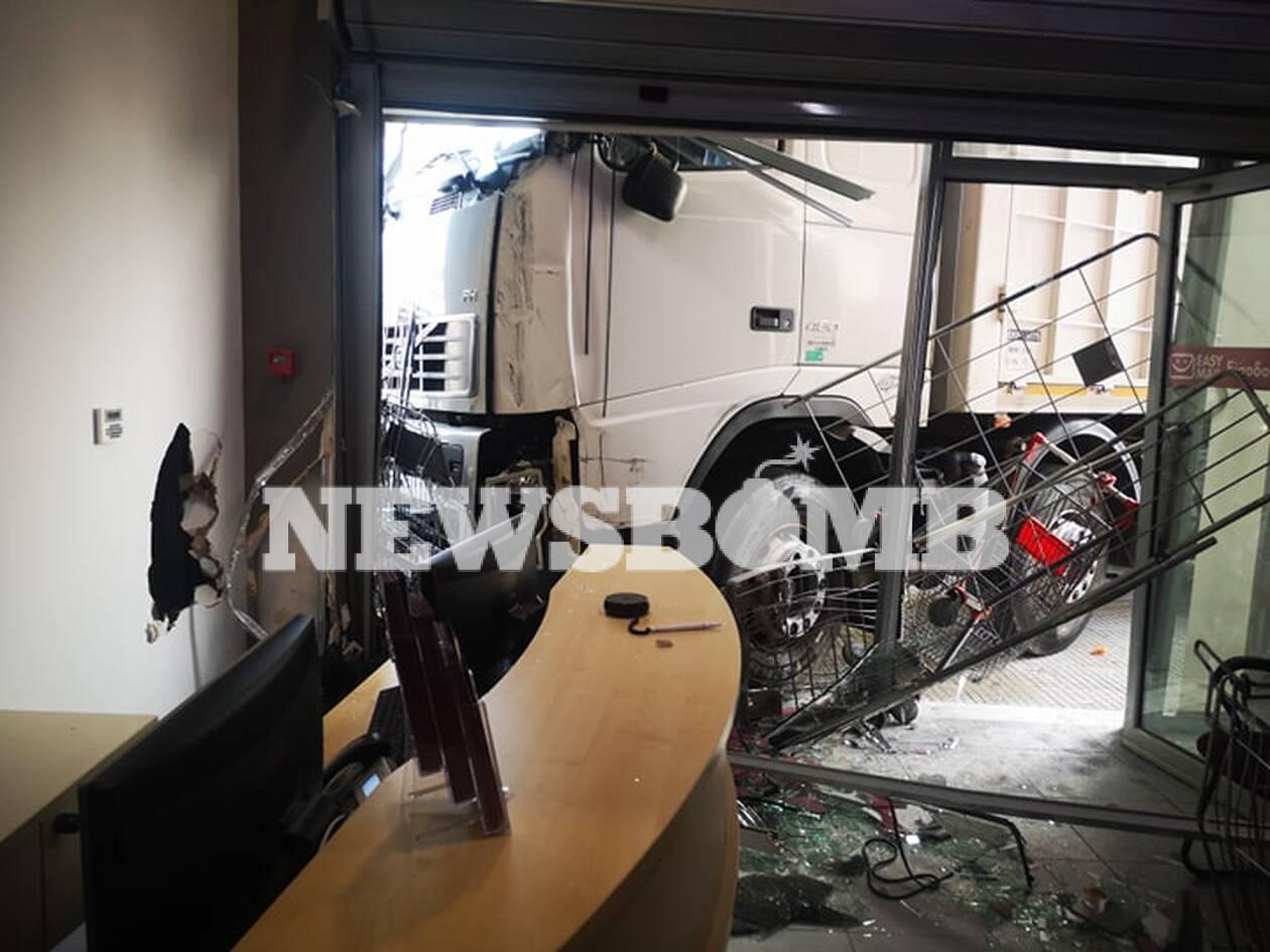 Φορτηγό «μπούκαρε» σε μαγαζί της Πειραιώς Εντυπωσιακές εικόνες από το σημείο