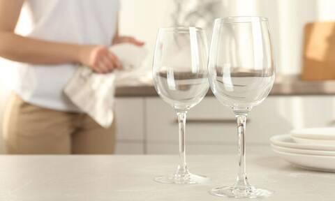 Θαμπά ποτήρια από το πλυντήριο πιάτων: Πώς μπορούν να λάμψουν και πάλι (vid)