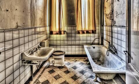 Μπήκε στο μπάνιο και έπαθε σοκ μ' αυτό που κρυβόταν κάτω από την βρύση (vid)