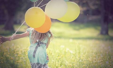 Βάζει λεμόνι πάνω σε μπαλόνι - Μόλις δείτε γιατί θα το κάνετε κι εσείς (vid)