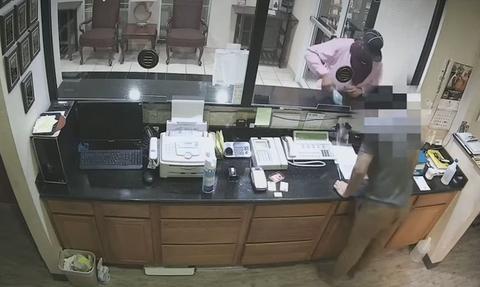 Πήγε να κλέψει ξενοδοχείο - Σοκάρει αυτό που έκανε μόλις δεν τον… άκουσε ο υπάλληλος (vid)