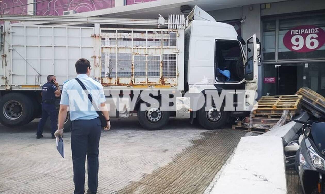 Βίντεο ντοκουμέντο: Η στιγμή που το φορτηγό «καρφώθηκε» σε κατάστημα στην Πειραιώς