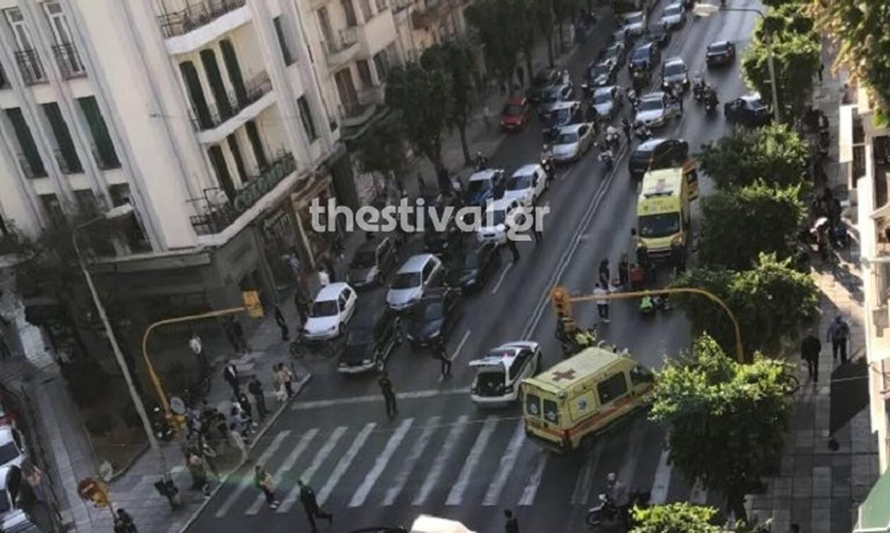 Θεσσαλονίκη: Ασυνείδητος οδηγός παρέσυρε πεζό και μοτοσικλετιστή και τους εγκατέλειψε (vid)