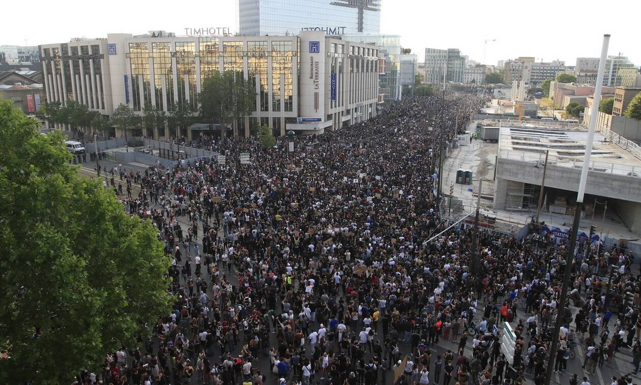 Γαλλία: «Έσπασαν» την απαγόρευση - Χιλιάδες διαδηλωτές κατήγγειλαν την αστυνομική βία στο Παρίσι
