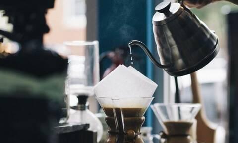 Ξύπνησε και πήγε να πιει καφέ: Αυτό που είδε θα της μείνει αξέχαστο (pics)