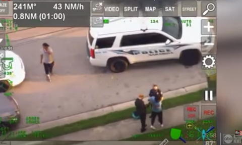 Βίντεο-σοκ: Αστυνομικοί συλλαμβάνουν και πατούν στο λαιμό μαύρο άνδρα