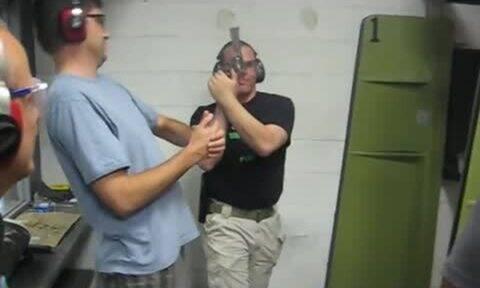 Του έδειχνε πώς να ρίξει με το όπλο και ξαφνικά… ΜΠΑΜ! (vid)