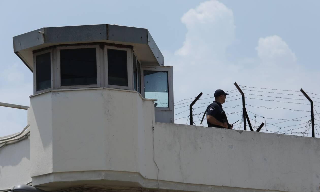 Έφοδος σε κελιά της «17Ν» στον Κορυδαλλό: Βρήκαν στειλιάρια και μαχαίρια