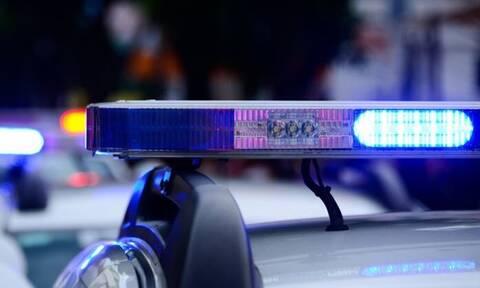 Φρικτό έγκλημα: Σκότωσε τον φίλο της με τσεκούρι μπροστά στην κόρη της
