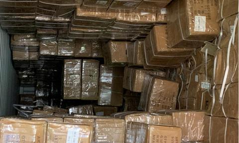 ΑΑΔΕ: Χιλιάδες «μαϊμού» ρολόγια και αθλητικά παπούτσια σε κοντέινερ