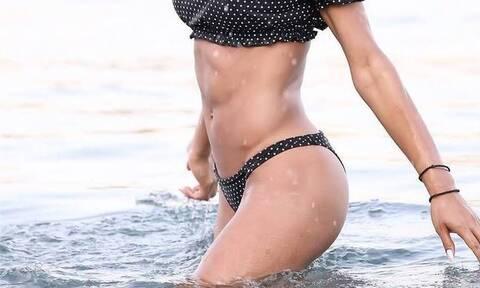 Βουτάει στα νερά και «κολάζει» η τραγουδίστρια! (Photos)