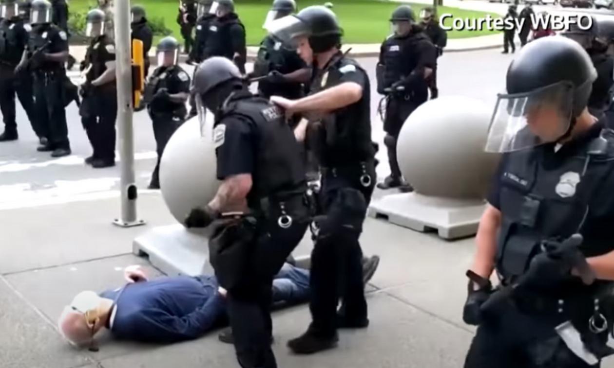 Video - σοκ: Αστυνομικός σωριάζει 75χρονο αιμόφυρτο στο πεζοδρόμιο