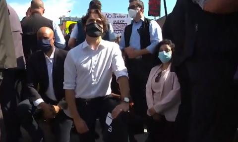 Καναδάς: Ο Τριντό γονάτισε σε διαδήλωση κατά του ρατσισμού