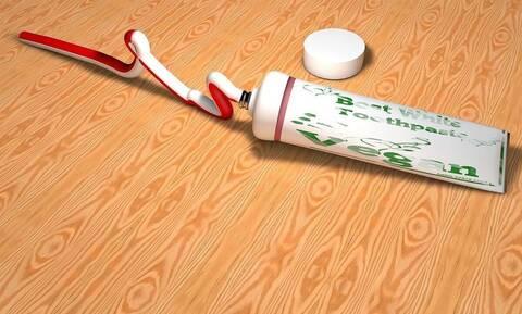 Πήρε οδοντόκρεμα και την άπλωσε στο σίδερο - Μόλις δείτε γιατί θα το κάνετε κι εσείς (vid)