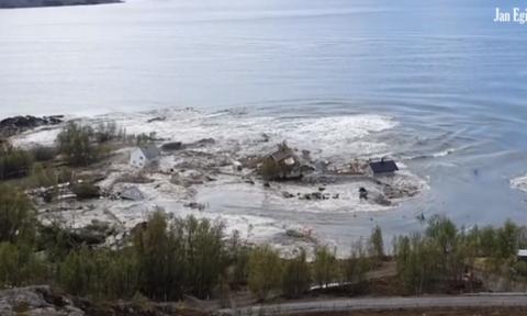 Απίστευτο βίντεο: Η θάλασσα «καταπίνει» ολόκληρο χωριό σε 20 δευτερόλεπτα!