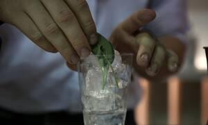 Άρση μέτρων: «Πονοκέφαλος» για τους ειδικούς ο συνωστισμός σε μπαρ και κλαμπ