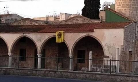 Τουρκικά ΜΜΕ: Άγνωστος κρέμασε βυζαντινή σημαία σε τζαμί στη Λάρνακα
