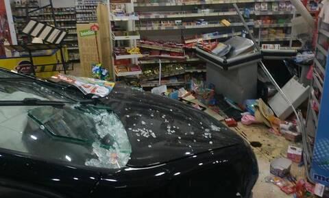 Ρόδος: Τρομακτικό τροχαίο - Ι.Χ. καρφώθηκε μέσα σε σούπερ μάρκετ (pics)
