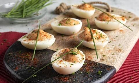 Άκης Πετρετζίκης: Πανεύκολα και νόστιμα αβγά μιμόζα