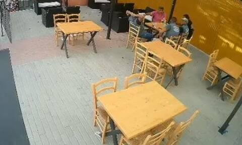 Γλίτωσαν από θαύμα: Ντεπόζιτο πέφτει δίπλα από θαμώνες καφενείου (vid)