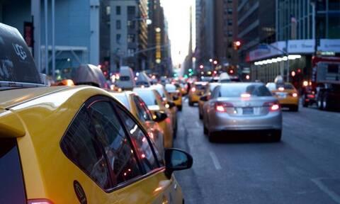 Οδηγούσε σε λεωφόρο - «Πάγωσε» μόλις είδε πώς κινούταν διπλανό αυτοκίνητο (vid)