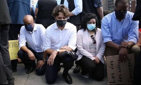 Καναδάς: Ο Τριντό γονατίζει κατά της βίας, οι αστυνομικοί πετούν δακρυγόνα