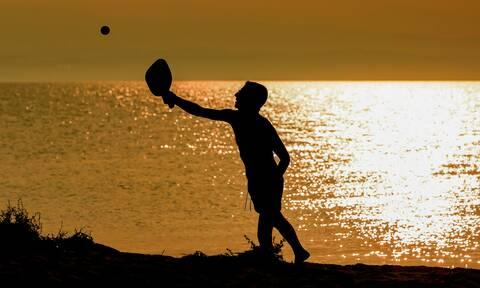 Κορονοϊός: Τι θα γίνει με τις ρακέτες στην παραλία;Τι αποφάσισαν οι ειδικοί