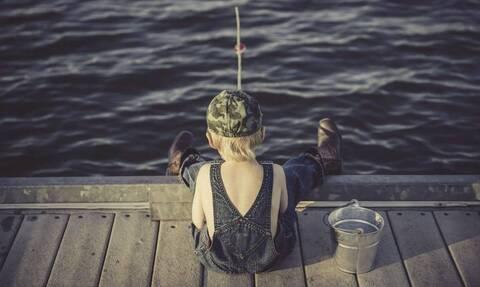 Πιτσιρικάς πήγε πρώτη φορά για ψάρεμα - Εκπληκτικό αυτό που έπιασε (vid)