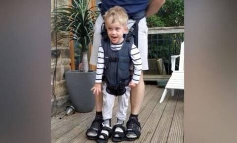 Αγόρι 4 ετών κάνει τα πρώτα του βήματα - Συγκινητική η αντίδρασή του (vid)