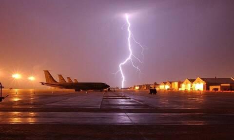 Εικόνες σοκ: Αστραπές χτυπούν αεροπλάνο στον αέρα (vid)