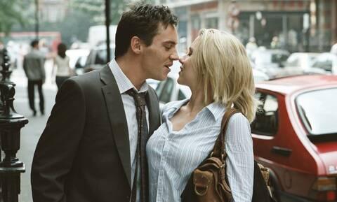 Πώς θα φλερτάρεις σωστά μια ωραία γυναίκα