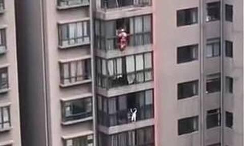 Εικόνες σοκ: Κοριτσάκι κρέμεται σε μπαλκόνι 13ου ορόφου (vid)