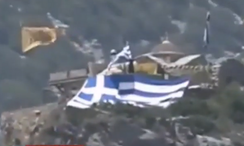 Ανατριχίλα: Ο μοναχός Ιωσήφ κυματίζει την ελληνική σημαία μπροστά στις φρεγάτες