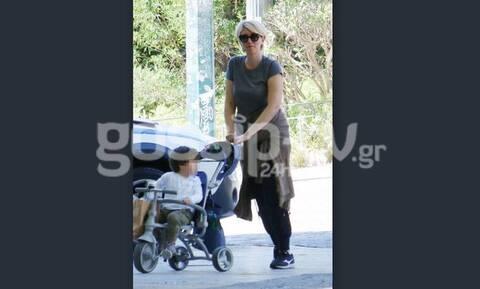 Σία Κοσιώνη: Η βόλτα και το απίθανο look! Στιλάτος από κούνια ο γιος της