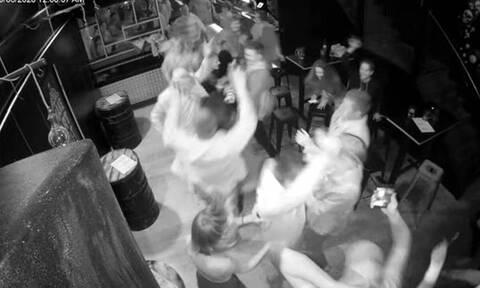 Μέτρησαν αντίστροφα και έκαναν πάρτι σε μπαρ για το τέλος της καραντίνας (vid)