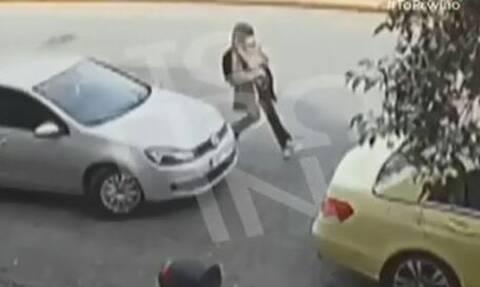 Επίθεση με βιτριόλι - Βίντεο ντοκουμέντο: Καρέ - καρέ οι κινήσεις της δράστιδος