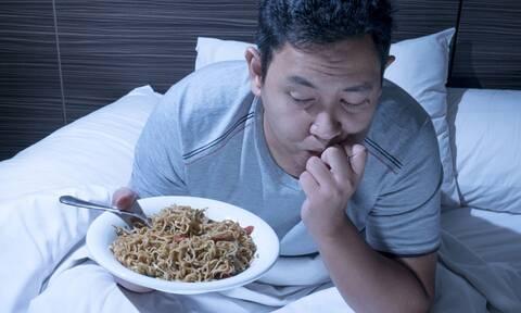 Τρώτε βραδινό και πηγαίνετε για ύπνο; Δείτε από τι κινδυνεύετε (έρευνα)