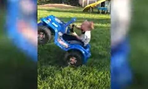 Μικρός «Σουμάχερ»! Μπόμπιρας 2 ετών κάνει σούζες στο τιμόνι