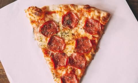 Φτιάξε πίτσα μέσα σε 5' χωρίς φούρνο και χωρίς μαγιά