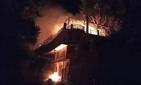 Φωτιά στη Φωκίδα: Στις φλόγες η Ιερά Μονή Βαρνάκοβας - Κάηκε η εικόνα της Παναγιάς