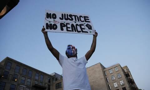 Δολοφονία Φλόιντ - Νέο βίντεο: Αστυνομικός αγνοεί τις εκκλήσεις να παρέμβει