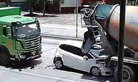 Εικόνες σοκ: Νταλίκα έστειλε αμάξι πάνω σε μπετονιέρα και το διέλυσε (photos+video)