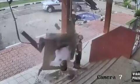 Τρόμος! Η ώρα που τρυπάει οροφή κτηρίου – Δείτε τι συνέβη
