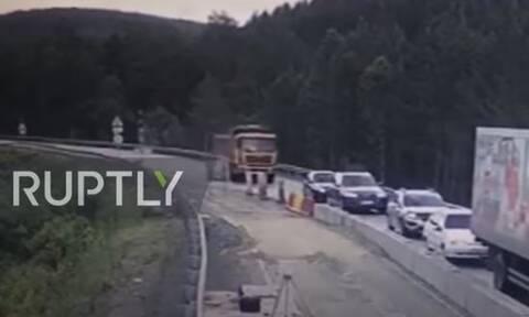 Τρομακτικό τροχαίο: Φορτηγό έπεσε πάνω σε 5 οχήματα - Δύο νεκροί (vid)