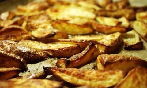 Σας κολλάνε οι πατάτες στο ταψί; Το απλό κόλπο για να τις ξεκολλήσετε (pics)