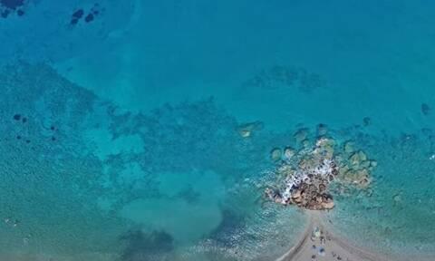 Σάμος: Δείτε μια πανέμορφη παραλία με κατάφυτο φαράγγι και καταρράκτες