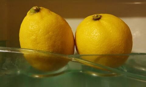 Έριξε λεμόνι στην κουζίνα - Δείτε γιατί και θα το κάνετε άμεσα (pics)