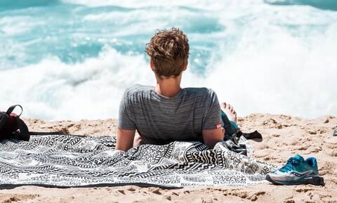Κορονοϊός & ηλιοθεραπεία: Τι πρέπει να προσέχεις