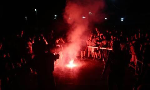 Πάρτι με καπνογόνα από τους παίκτες του Ολυμπιακού μετά τη νίκη επί του ΠΑΟΚ